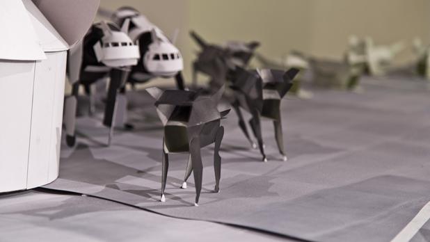 《戦艦と空母》2013 紙 サイズ可変(戦艦H210×W165×D525cm・艦載機H13×W7×D13cm) 金沢アートグミ